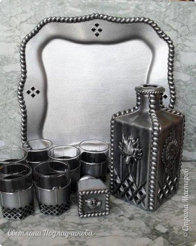 Еще раз здравствуйте всем! Вот сотворила набор для крепких напитков: штоф, 6 стопок и поднос.Имитация черненого серебра на стекле. В основе стеклянный графин, который можно купить в любом магазине посуды, простые стопки, поднос сделан из стеклянной тарелки. фото 5