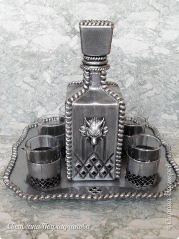 Еще раз здравствуйте всем! Вот сотворила набор для крепких напитков: штоф, 6 стопок и поднос.Имитация черненого серебра на стекле. В основе стеклянный графин, который можно купить в любом магазине посуды, простые стопки, поднос сделан из стеклянной тарелки. фото 2