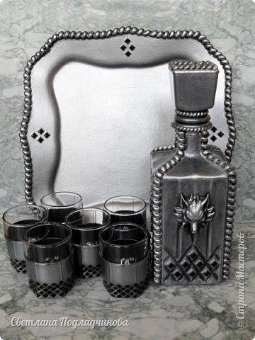 Еще раз здравствуйте всем! Вот сотворила набор для крепких напитков: штоф, 6 стопок и поднос.Имитация черненого серебра на стекле. В основе стеклянный графин, который можно купить в любом магазине посуды, простые стопки, поднос сделан из стеклянной тарелки. фото 1