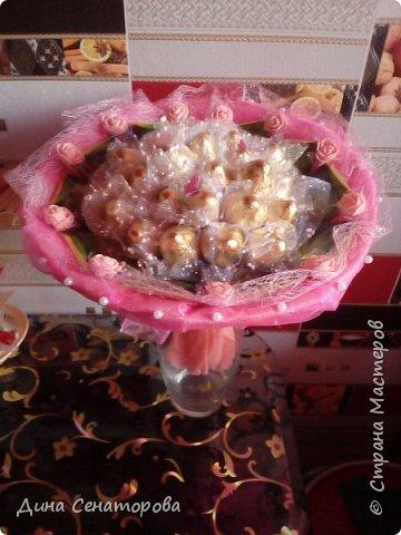 Букеты из чая и конфет и из живых цветов с орехами фото 3