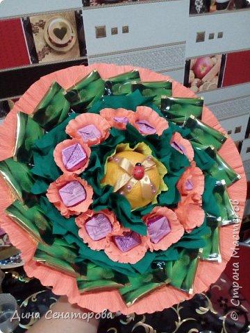 Букеты из чая и конфет и из живых цветов с орехами фото 4