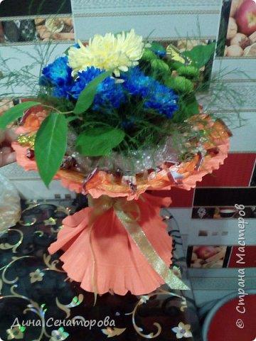 Букеты из чая и конфет и из живых цветов с орехами фото 7