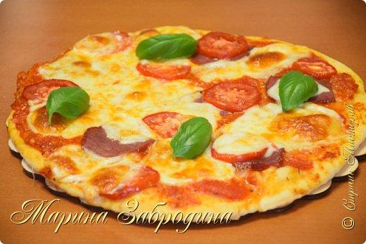 Всем привет! Сегодня делаю пикантный соус для пиццы. Получается ооочень ароматный и вкусный! Профессионалы советуют начинать приготовление пиццы именно с него.   Итак, нам понадобится: 4 свежих средних помидора (700 г) 1 луковица среднего размера 7 зубчиков чеснока, 1 ч.л соли, 1 ч.л прованских трав, 1 ч.л сушеного чеснока (по желанию) 1/3 ч.л черного молотого перца 1 ст.л сахара, 1 ст.л растительного масла без запаха (10 мл)  Соуса из такого количества продуктов хватит на 4 пиццы диаметром 24 см. фото 2