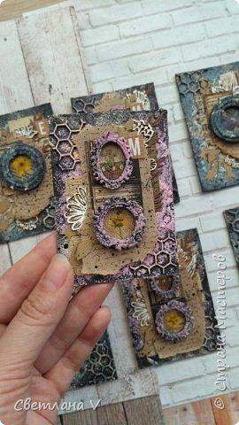 Всем привет! Решила ночью на всякий случай выложить свои карточки по игре, организованной Оксаной Гордей https://stranamasterov.ru/node/1152161, а то не известно, получится это у меня днём с телефона или нет)) серия моя так и называется: воспоминания, в рамочках заключены настоящие цветы ( они покрыты гелем для сохранности), сама основа из переплетного картона, который я загрунтовала и покрасила, а затем добавила украшений в виде вырубки и бумаги. Извиняюсь заранее за качество фото: вспомнила прям перед отъездом, что не сфотографировала карточки, а фотоаппарат, как назло, сломался, пришлось пользоваться телефоном (( фото 3