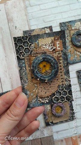Всем привет! Решила ночью на всякий случай выложить свои карточки по игре, организованной Оксаной Гордей https://stranamasterov.ru/node/1152161, а то не известно, получится это у меня днём с телефона или нет)) серия моя так и называется: воспоминания, в рамочках заключены настоящие цветы ( они покрыты гелем для сохранности), сама основа из переплетного картона, который я загрунтовала и покрасила, а затем добавила украшений в виде вырубки и бумаги. Извиняюсь заранее за качество фото: вспомнила прям перед отъездом, что не сфотографировала карточки, а фотоаппарат, как назло, сломался, пришлось пользоваться телефоном (( фото 4