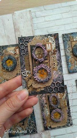 Всем привет! Решила ночью на всякий случай выложить свои карточки по игре, организованной Оксаной Гордей https://stranamasterov.ru/node/1152161, а то не известно, получится это у меня днём с телефона или нет)) серия моя так и называется: воспоминания, в рамочках заключены настоящие цветы ( они покрыты гелем для сохранности), сама основа из переплетного картона, который я загрунтовала и покрасила, а затем добавила украшений в виде вырубки и бумаги. Извиняюсь заранее за качество фото: вспомнила прям перед отъездом, что не сфотографировала карточки, а фотоаппарат, как назло, сломался, пришлось пользоваться телефоном (( фото 5