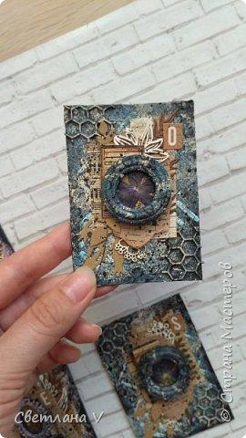 Всем привет! Решила ночью на всякий случай выложить свои карточки по игре, организованной Оксаной Гордей https://stranamasterov.ru/node/1152161, а то не известно, получится это у меня днём с телефона или нет)) серия моя так и называется: воспоминания, в рамочках заключены настоящие цветы ( они покрыты гелем для сохранности), сама основа из переплетного картона, который я загрунтовала и покрасила, а затем добавила украшений в виде вырубки и бумаги. Извиняюсь заранее за качество фото: вспомнила прям перед отъездом, что не сфотографировала карточки, а фотоаппарат, как назло, сломался, пришлось пользоваться телефоном (( фото 6