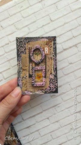 Всем привет! Решила ночью на всякий случай выложить свои карточки по игре, организованной Оксаной Гордей https://stranamasterov.ru/node/1152161, а то не известно, получится это у меня днём с телефона или нет)) серия моя так и называется: воспоминания, в рамочках заключены настоящие цветы ( они покрыты гелем для сохранности), сама основа из переплетного картона, который я загрунтовала и покрасила, а затем добавила украшений в виде вырубки и бумаги. Извиняюсь заранее за качество фото: вспомнила прям перед отъездом, что не сфотографировала карточки, а фотоаппарат, как назло, сломался, пришлось пользоваться телефоном (( фото 7