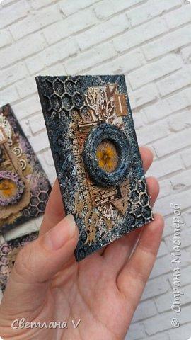 Всем привет! Решила ночью на всякий случай выложить свои карточки по игре, организованной Оксаной Гордей https://stranamasterov.ru/node/1152161, а то не известно, получится это у меня днём с телефона или нет)) серия моя так и называется: воспоминания, в рамочках заключены настоящие цветы ( они покрыты гелем для сохранности), сама основа из переплетного картона, который я загрунтовала и покрасила, а затем добавила украшений в виде вырубки и бумаги. Извиняюсь заранее за качество фото: вспомнила прям перед отъездом, что не сфотографировала карточки, а фотоаппарат, как назло, сломался, пришлось пользоваться телефоном (( фото 11