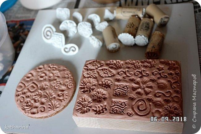 """Здравствуй Страна ! Всем нам известно , что когда начинаеш лепить из глины , солёного теста и т.д. , задумываешься , а как украсить и чем ??? Вот сегодня и займёмся изготовлением давилок-украшалoк из хлама , глины и вообще всего , что приличный хомяк имеет в закромах . Для наглядности сделала себе досочки-примеры , чтобы легче было выбирать форму и цветовое сочетание . Давно хотелось этим заняться , а тут засохла у меня глина....я её реанимировала , но увы качество не то . А тут хомяк мне шепчет : """" Не смей выкидывать , думай ! """" И вот погуляв в инете , насобирала идей и хочу с вами , мои дорогие поделиться . Вот здесь первая досочка-пример . Белый фон и зачпокано коричневым . Дальше покажу давилки , которые я намастерила , ох и увлекательное занятие , а сколько открытий в закромах !!!  фото 4"""