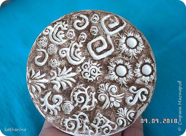 """Здравствуй Страна ! Всем нам известно , что когда начинаеш лепить из глины , солёного теста и т.д. , задумываешься , а как украсить и чем ??? Вот сегодня и займёмся изготовлением давилок-украшалoк из хлама , глины и вообще всего , что приличный хомяк имеет в закромах . Для наглядности сделала себе досочки-примеры , чтобы легче было выбирать форму и цветовое сочетание . Давно хотелось этим заняться , а тут засохла у меня глина....я её реанимировала , но увы качество не то . А тут хомяк мне шепчет : """" Не смей выкидывать , думай ! """" И вот погуляв в инете , насобирала идей и хочу с вами , мои дорогие поделиться . Вот здесь первая досочка-пример . Белый фон и зачпокано коричневым . Дальше покажу давилки , которые я намастерила , ох и увлекательное занятие , а сколько открытий в закромах !!!  фото 8"""