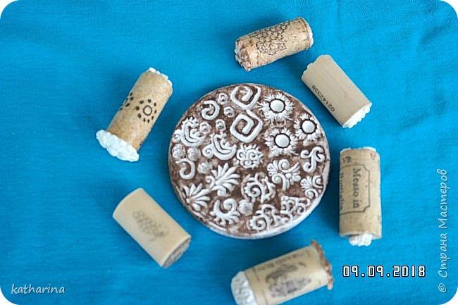 """Здравствуй Страна ! Всем нам известно , что когда начинаеш лепить из глины , солёного теста и т.д. , задумываешься , а как украсить и чем ??? Вот сегодня и займёмся изготовлением давилок-украшалoк из хлама , глины и вообще всего , что приличный хомяк имеет в закромах . Для наглядности сделала себе досочки-примеры , чтобы легче было выбирать форму и цветовое сочетание . Давно хотелось этим заняться , а тут засохла у меня глина....я её реанимировала , но увы качество не то . А тут хомяк мне шепчет : """" Не смей выкидывать , думай ! """" И вот погуляв в инете , насобирала идей и хочу с вами , мои дорогие поделиться . Вот здесь первая досочка-пример . Белый фон и зачпокано коричневым . Дальше покажу давилки , которые я намастерила , ох и увлекательное занятие , а сколько открытий в закромах !!!  фото 5"""