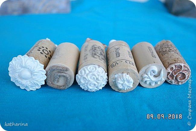 """Здравствуй Страна ! Всем нам известно , что когда начинаеш лепить из глины , солёного теста и т.д. , задумываешься , а как украсить и чем ??? Вот сегодня и займёмся изготовлением давилок-украшалoк из хлама , глины и вообще всего , что приличный хомяк имеет в закромах . Для наглядности сделала себе досочки-примеры , чтобы легче было выбирать форму и цветовое сочетание . Давно хотелось этим заняться , а тут засохла у меня глина....я её реанимировала , но увы качество не то . А тут хомяк мне шепчет : """" Не смей выкидывать , думай ! """" И вот погуляв в инете , насобирала идей и хочу с вами , мои дорогие поделиться . Вот здесь первая досочка-пример . Белый фон и зачпокано коричневым . Дальше покажу давилки , которые я намастерила , ох и увлекательное занятие , а сколько открытий в закромах !!!  фото 6"""