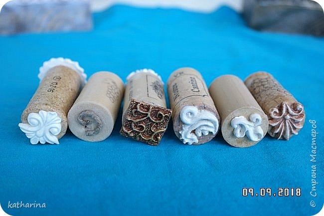 """Здравствуй Страна ! Всем нам известно , что когда начинаеш лепить из глины , солёного теста и т.д. , задумываешься , а как украсить и чем ??? Вот сегодня и займёмся изготовлением давилок-украшалoк из хлама , глины и вообще всего , что приличный хомяк имеет в закромах . Для наглядности сделала себе досочки-примеры , чтобы легче было выбирать форму и цветовое сочетание . Давно хотелось этим заняться , а тут засохла у меня глина....я её реанимировала , но увы качество не то . А тут хомяк мне шепчет : """" Не смей выкидывать , думай ! """" И вот погуляв в инете , насобирала идей и хочу с вами , мои дорогие поделиться . Вот здесь первая досочка-пример . Белый фон и зачпокано коричневым . Дальше покажу давилки , которые я намастерила , ох и увлекательное занятие , а сколько открытий в закромах !!!  фото 7"""