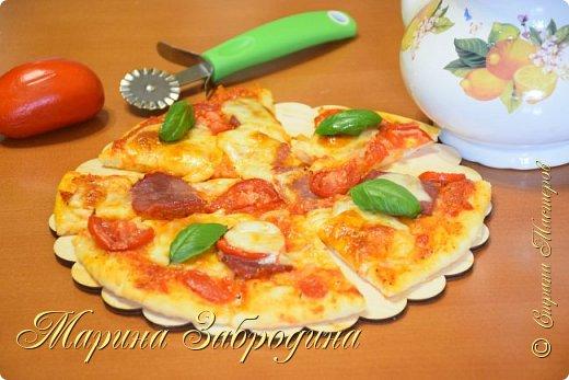 Здравствуйте! Добро пожаловать ко мне в гости! Сегодня готовлю тесто для пиццы. Получается тонкое, мягкое, вкусное как в пиццерии. Мне нравится, что это тесто выпекается очень быстро. Всего 10 - 12 минут. Из этого количества продуктов получится 2 пиццы диаметром примерно 25 см.  СОСТАВ ТЕСТА: 240 г муки 135 мл теплой воды (температура не выше 37 С ) 4 г сухих активных дрожжей 0,5 чайная ложка соли 1 столовая ложка оливкового масла Extra Virgin (10 мл) 1 чайная ложка сахара  Соус для пиццы на моем канале - https://youtu.be/slSpH8c98-0 или в предыдущем МК.  Начинка: половина от маленького репчатого лука 100 г сыра 2 небольших помидора 100 г сырокопченого бекона фото 2