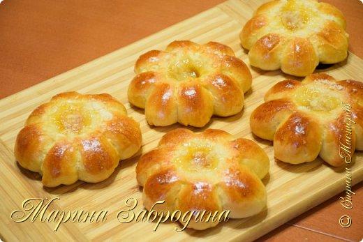 Здравствуйте! Сегодня я к Вам снова с выпечкой. Попробуйте приготовить сдобные булочки Цветочки с абрикосовым джемом и штрейзелем! Получаются очень вкусные, ароматные, воздушные и невесомые. Удачный рецепт! Подписывайтесь на мой канал https://www.youtube.com/channel/UCMqxAmLbMiM8pYuNAJKHqLw?view_as=subscriber    Приготовим еще много рецептов! Продукты: Мука - 260 г дрожжи сухие - 3 г молоко - 130 мл соль - 0,5 ч. л. сахар - 30 г масло растительное - 35 мл  яйцо - 1 шт. ванилин  Начинка:  джем (лучше использовать не сладкий, а кисло-сладкий, так булочки получатся вкуснее) идеально подойдет - абрикосовый джем  Штрейзельная крошка:  20 г муки 20 г сахара 10 г сливочного масла  Крошка (штрейзель) у Вас останется, помещаем ее в баночку и отправляем в морозилку, затем ею можно посыпать любую сладкую выпечку в следующий раз. фото 1