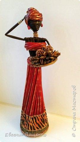 Сегодняшний мастер-класс посвящён ещё одному моему любимому виду творчества — созданию поделок из газетных или журнальных трубочек без плетения. На мой взгляд, самыми элегантными и колоритными из бумажной лозы получаются куклы — африканки. фото 3
