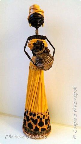 Сегодняшний мастер-класс посвящён ещё одному моему любимому виду творчества — созданию поделок из газетных или журнальных трубочек без плетения. На мой взгляд, самыми элегантными и колоритными из бумажной лозы получаются куклы — африканки. фото 4