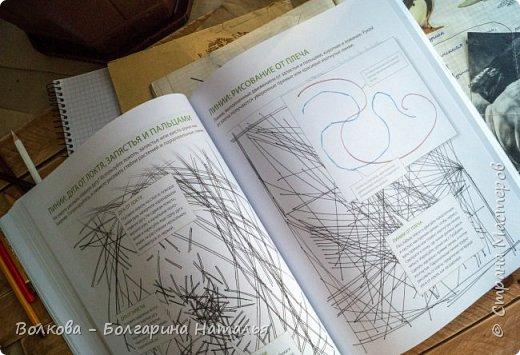"""Книга Джона Лоуза """"Дневник художника-натуралиста. Как рисовать животных, птиц, растения и пейзажи"""" (М.: МИФ, 2018) хороша не только тем, что автор даёт рекомендации по зарисовкам и оформлению (зарисовок) птиц, животных, насекомых, пейзажей. Очень много внимания уделено методам исследования интересующего объекта.  Читая, а скорее листая этот путеводитель по миру натуралистов, возникал вопрос: а зачем так заморачиваться, когда существуют фотоаппараты, диктофоны и энциклопедии? Конечно, с помощью техники наблюдать и фиксировать увиденное проще в разы, но наверняка интереснее делать это дедовским методом. И, опять же, это будут уже твои личные наблюдения и ты точно своими глазами/ушами увидишь/услышишь что-то новое.  Очень мне понравился способ зарисовывать/записывать песни птиц. Оказывается это так забавно и просто. Можно, и даже нужно, накладывать слова на птичью музыку. По этому поводу вспомнился случай из детства, когда прабабушка напевала мелодию, которую тринькали птицы, сидя на проводах. Самое смешное, что я тогда удивлялась, как так птицы могут петь """"сИрИда, пятница, между ними чИЧверИГ"""":)))) Не сразу дошло до меня, что это был экспромт бабушки наложить слова на мелодию:)  Кроме того, в книге очень много советов по материалам и техникам рисования.  Заманчивые пошаговые инструкции по рисованию разной живности не оставят вас равнодушным, руки так и будут тянуться попробовать что-нибудь зарисовать. Я попробовала изобразить божью коровку цветными карандашами, хотя в книге приведён пример на красках. Хотя тут кому что нравится. Мне больше нравится карандаши. фото 7"""