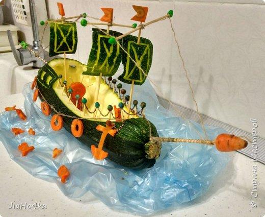 Доброго дня, Страна! В детском саду, куда ходит сын, попросили сделать овощную поделку. Долго металась между паровозам, самолетом и кораблем. Не знала на чем остановиться. Но в итоге больше понравился образ корабля. В работе использовала кабачок, морковь, шпажки, зубочистки, пластилин, цепочку, нитки.  ..поплыли... фото 4