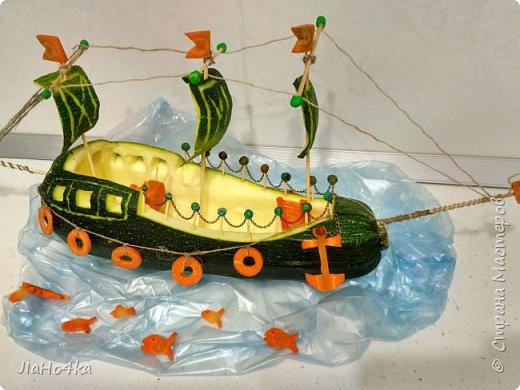 Доброго дня, Страна! В детском саду, куда ходит сын, попросили сделать овощную поделку. Долго металась между паровозам, самолетом и кораблем. Не знала на чем остановиться. Но в итоге больше понравился образ корабля. В работе использовала кабачок, морковь, шпажки, зубочистки, пластилин, цепочку, нитки.  ..поплыли... фото 2