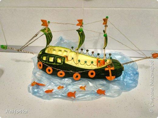 Доброго дня, Страна! В детском саду, куда ходит сын, попросили сделать овощную поделку. Долго металась между паровозам, самолетом и кораблем. Не знала на чем остановиться. Но в итоге больше понравился образ корабля. В работе использовала кабачок, морковь, шпажки, зубочистки, пластилин, цепочку, нитки.  ..поплыли... фото 1