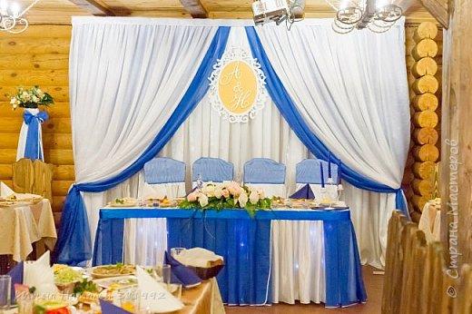 Оформление зала в синем цвете.