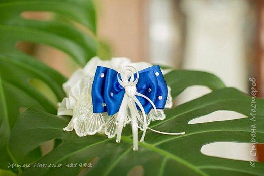 Свадебная подвязка в синем цвете.  фото 1
