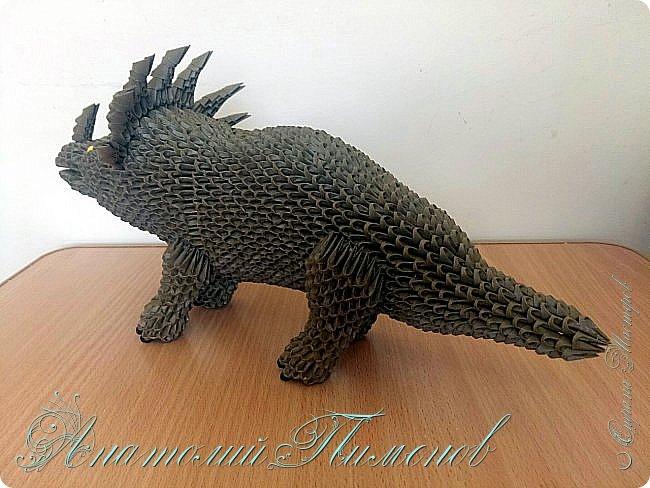 Стиракозавр обитал на земле 75 миллионов лет назад на территории современной Канады.Название переводится с древнегреческого,как шипастый ящер.Считается одним из самых красивых видов динозавров.Предположительно был травоядным.Работу делал из модулей размером 1/64,всего ушло примерно 2200  модулей. фото 4