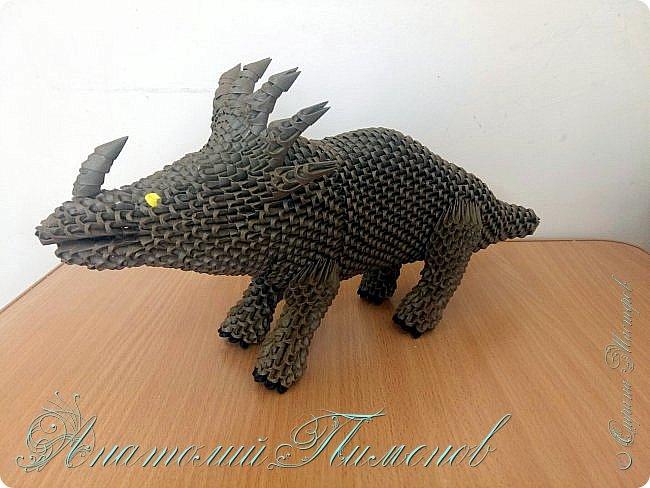 Стиракозавр обитал на земле 75 миллионов лет назад на территории современной Канады.Название переводится с древнегреческого,как шипастый ящер.Считается одним из самых красивых видов динозавров.Предположительно был травоядным.Работу делал из модулей размером 1/64,всего ушло примерно 2200  модулей. фото 6