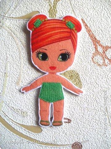 Почти все девочки в детстве играли с бумажными куколками. Вырезали им наряды, рисовали и придумывали. В наше время появился замечательный материал - фетр и на смену бумажным куколкам и их нарядам - фетровые. Он прочный, его можно почистить и держать его в руках  - такое удовольствие. Вот такую куколку я сшила для своей Василины. фото 6