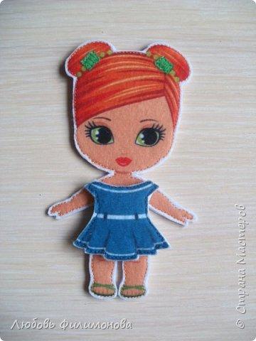 Почти все девочки в детстве играли с бумажными куколками. Вырезали им наряды, рисовали и придумывали. В наше время появился замечательный материал - фетр и на смену бумажным куколкам и их нарядам - фетровые. Он прочный, его можно почистить и держать его в руках  - такое удовольствие. Вот такую куколку я сшила для своей Василины. фото 7