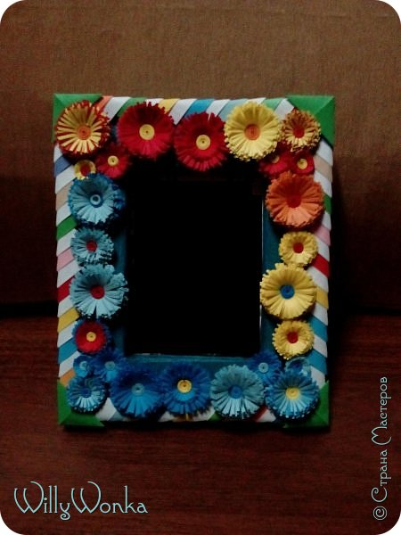 Саму рамку я сделала из картона, потом обтянула гофрированной бумагой. Сделала кайму из модулей, а цветы для украшения подсмотрела вот здесь: https://stranamasterov.ru/node/46090 . фото 4