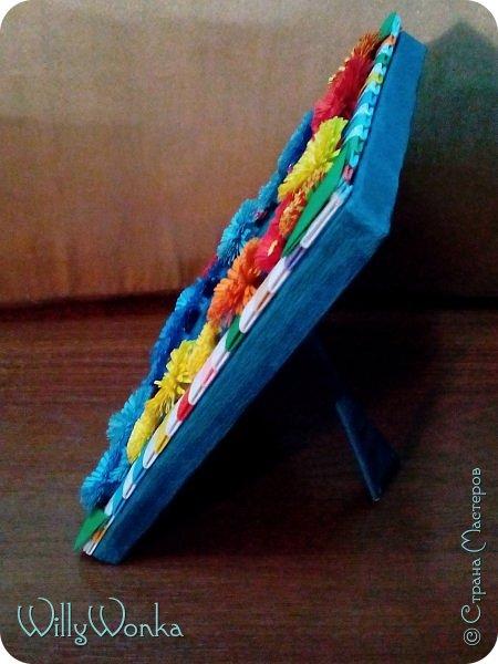 Саму рамку я сделала из картона, потом обтянула гофрированной бумагой. Сделала кайму из модулей, а цветы для украшения подсмотрела вот здесь: https://stranamasterov.ru/node/46090 . фото 2