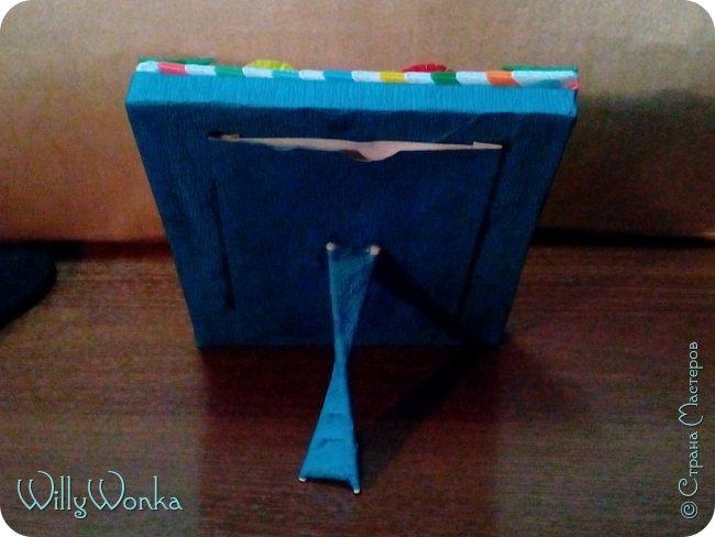 Саму рамку я сделала из картона, потом обтянула гофрированной бумагой. Сделала кайму из модулей, а цветы для украшения подсмотрела вот здесь: https://stranamasterov.ru/node/46090 . фото 3