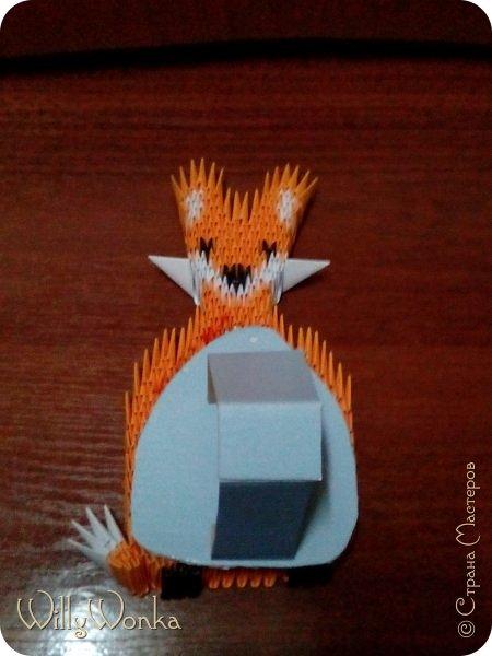 Саму рамку я сделала из картона, потом обтянула гофрированной бумагой. Сделала кайму из модулей, а цветы для украшения подсмотрела вот здесь: https://stranamasterov.ru/node/46090 . фото 7