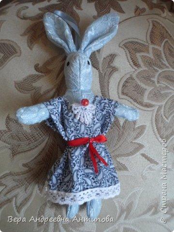 Всем добрый день! Попросила меня внучка сшить платье для ее Зайки. Швея из меня не очень, но отказать внучке не смогла, и вот такое платье за вечер получилось.))) Вроде бы и не плохо.)))) фото 1