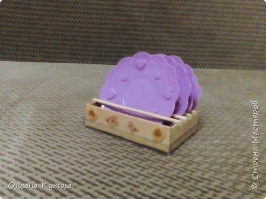 Вот хочу вам показать ещё некоторые элементы (гардина, вазон с цветком, сушилка для тарелок, часы, постельное белье, покрывало с декоративными подушками, стол и стулья, а также стойку для одежды) кукольной комнаты фото 3
