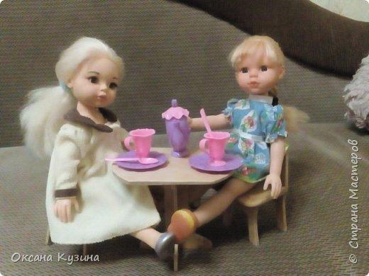 Вот хочу вам показать ещё некоторые элементы (гардина, вазон с цветком, сушилка для тарелок, часы, постельное белье, покрывало с декоративными подушками, стол и стулья, а также стойку для одежды) кукольной комнаты фото 11