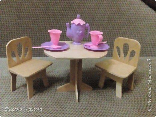 Вот хочу вам показать ещё некоторые элементы (гардина, вазон с цветком, сушилка для тарелок, часы, постельное белье, покрывало с декоративными подушками, стол и стулья, а также стойку для одежды) кукольной комнаты фото 9