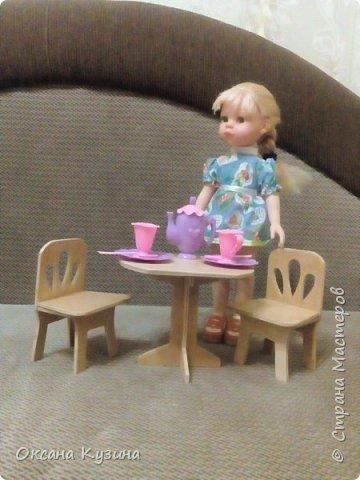 Вот хочу вам показать ещё некоторые элементы (гардина, вазон с цветком, сушилка для тарелок, часы, постельное белье, покрывало с декоративными подушками, стол и стулья, а также стойку для одежды) кукольной комнаты фото 10
