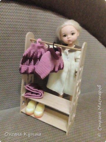 Вот хочу вам показать ещё некоторые элементы (гардина, вазон с цветком, сушилка для тарелок, часы, постельное белье, покрывало с декоративными подушками, стол и стулья, а также стойку для одежды) кукольной комнаты фото 12
