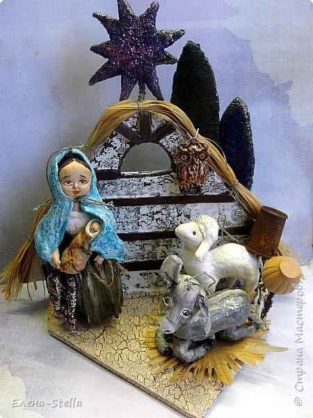 Рождественский ВЕРТЕП - выношу на ваш суд СМ, друзья - Всем Доброго Здравия! Задумка давняя. Хотелось сделать небольшую работу под Елочку.  Ведь Рождество - это не просто нарядная Елка, это светлый праздник для верующих да и не только людей.  В работе я использовала - гофрокартон, проволоку, пенопласт, лыко и конечно мою любимую вату. Мария с Исусом, ослик и овечка выполнены в ватной технике. Сам Вертеп декорирован акриловыми красками. Сова из полимерной глины. Звезда и деревья - пенопласт и вата с блестками. Все герои имеют петельки и их можно повесить на елочку. фото 4