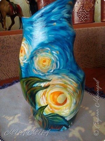 """Доброго времени суток жители Страны !  Предистория  этой работы самая обыкновенная: сестренка отдала мне керамическую вазу-заготовку - внутри ваза была покрыта глазурью, а снаружи - просто керамика... Я долго не нее смотрела... фактура уж очень специфическая - с большим количеством выпуклостей  и переходов...ну очень захотелось на центральной выпукло-вогнутой части нарисовать луну или солнышко.... А так как я не рисующий человек в принципе, то прямая дорога была к доченьке Дашеньке с просьбой нарисовать то, что мне хочется, а захотелось мне Ван Гога - """"Звездную ночь"""". фото 1"""