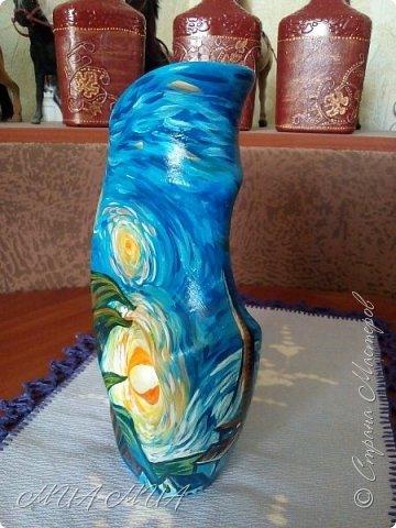 """Доброго времени суток жители Страны !  Предистория  этой работы самая обыкновенная: сестренка отдала мне керамическую вазу-заготовку - внутри ваза была покрыта глазурью, а снаружи - просто керамика... Я долго не нее смотрела... фактура уж очень специфическая - с большим количеством выпуклостей  и переходов...ну очень захотелось на центральной выпукло-вогнутой части нарисовать луну или солнышко.... А так как я не рисующий человек в принципе, то прямая дорога была к доченьке Дашеньке с просьбой нарисовать то, что мне хочется, а захотелось мне Ван Гога - """"Звездную ночь"""". фото 4"""