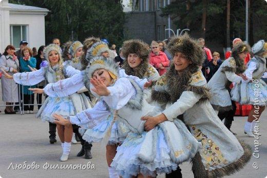 Поселку Краснозёрское Новосибирской области,  в котором я родилась и прожила почти всю свою жизнь  - исполнилось 245 лет. Организаторы праздника подготовили обширную программу, которая была спланирована таким образом, чтобы каждый житель, и стар и млад, нашел в ней что-то интересное именно для себя. Для жителей поселка и гостей праздник начался уже в 8.50 с утренней разминки, которую провели ученики школ.   фото 4