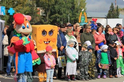 Поселку Краснозёрское Новосибирской области,  в котором я родилась и прожила почти всю свою жизнь  - исполнилось 245 лет. Организаторы праздника подготовили обширную программу, которая была спланирована таким образом, чтобы каждый житель, и стар и млад, нашел в ней что-то интересное именно для себя. Для жителей поселка и гостей праздник начался уже в 8.50 с утренней разминки, которую провели ученики школ.   фото 7
