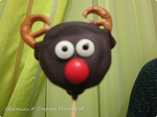 ОЛЕШКИ. Ждём Нового года :) сотворили с Тимошкой вот такие кейк-попсы (плитка горького шоколада, печенье ОРЕО, крендельки для рожек, глазки - конфетки на браслетике Понни, носики - M&Ms и деревянные шпажки) фото 1