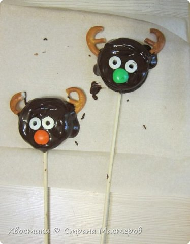 ОЛЕШКИ. Ждём Нового года :) сотворили с Тимошкой вот такие кейк-попсы (плитка горького шоколада, печенье ОРЕО, крендельки для рожек, глазки - конфетки на браслетике Понни, носики - M&Ms и деревянные шпажки) фото 3
