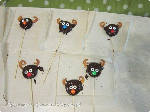 ОЛЕШКИ. Ждём Нового года :) сотворили с Тимошкой вот такие кейк-попсы (плитка горького шоколада, печенье ОРЕО, крендельки для рожек, глазки - конфетки на браслетике Понни, носики - M&Ms и деревянные шпажки) фото 4